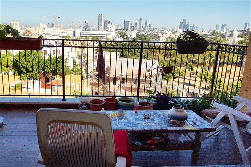 נוף אורבני פתוח ממרפסת דירה ביפו