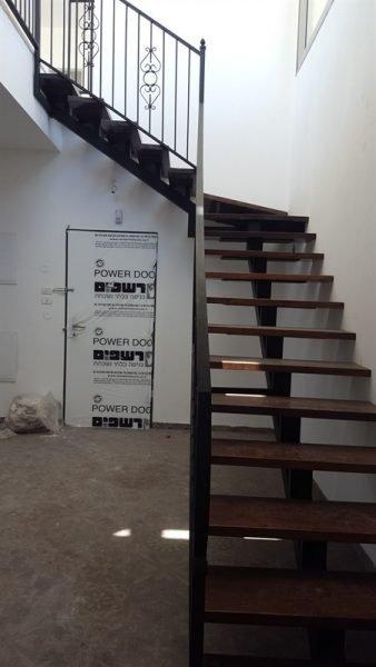 מדרגות של הדירה