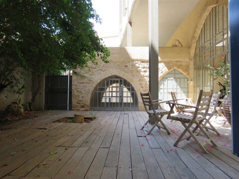 מבט מהחצר לעבר הבאר העתיקה