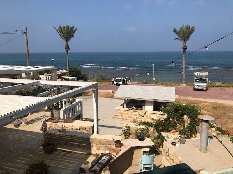 דירה עם חצר ענקית מול הים